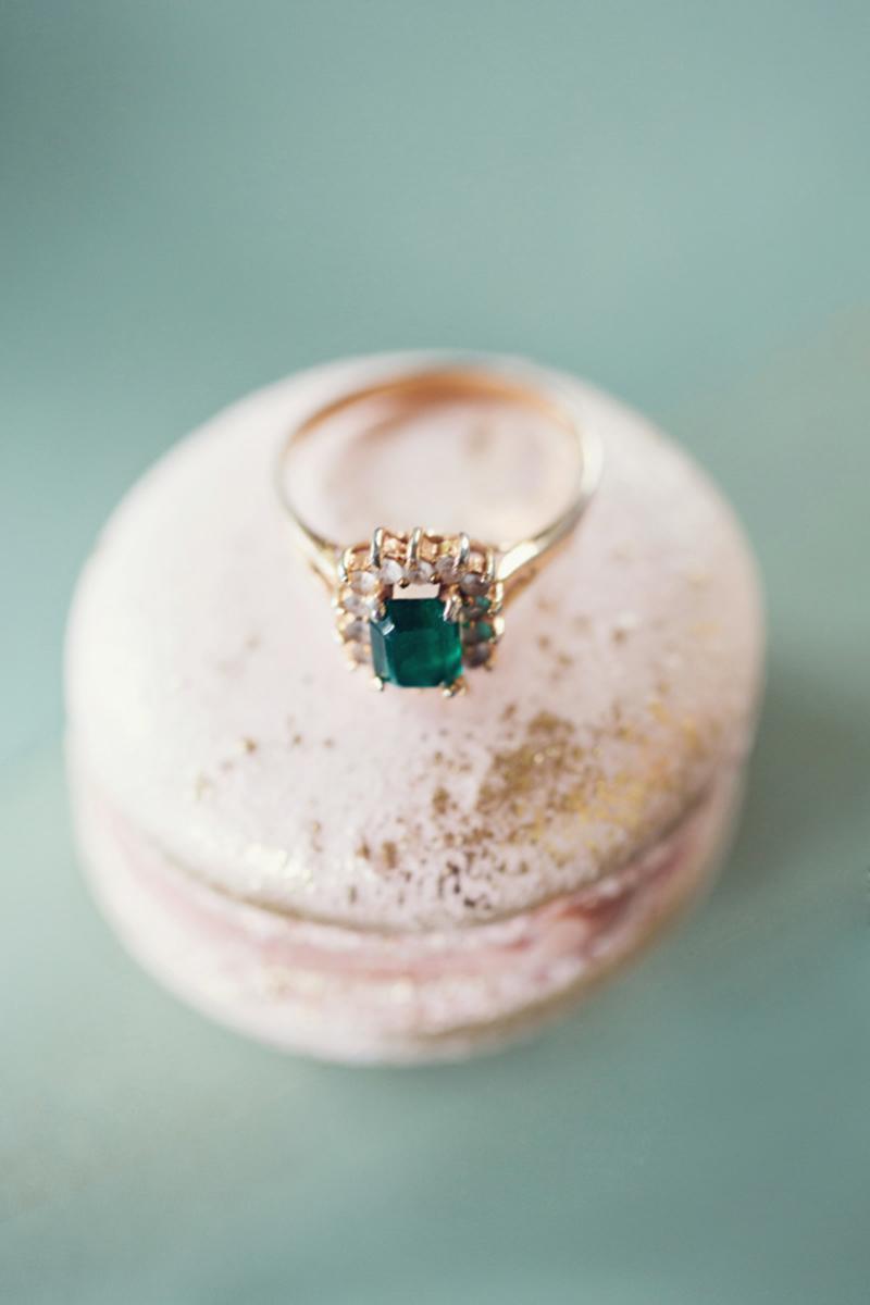 Pomysłowa Panna Młoda Szmaragdowy kolor- motyw przewodni na ślubie. Szmaragdowa biżuteria dla panny młodej