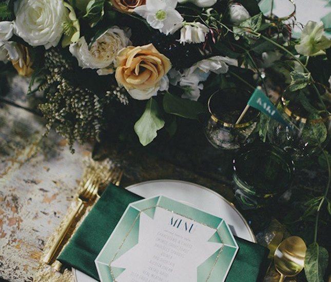 Pomysłowa Panna Młoda Szmaragdowy kolor- motyw przewodni na ślubie. Szmaragdowe dekoracje stołów
