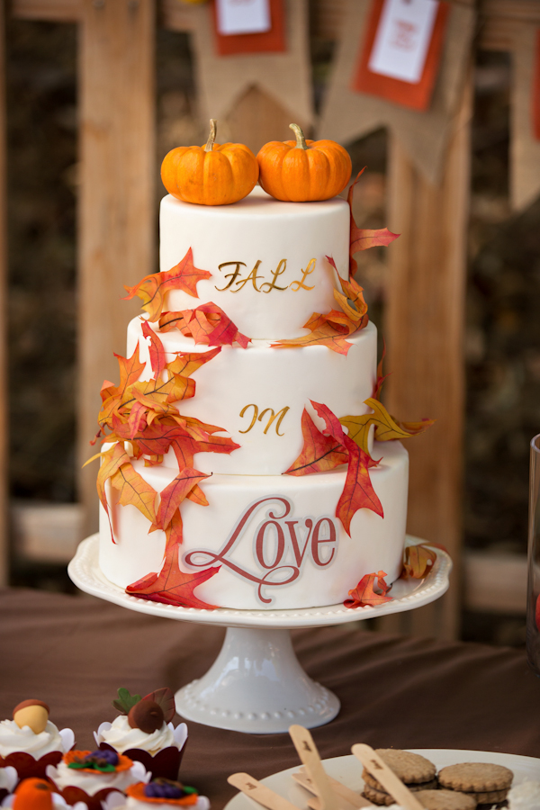 autumn-wedding-cake-with-pumpkins-and-maple-leaves