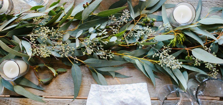 Pomysłowa Panna Młoda- dekoracje stołów z eukaliptusem. eukaliptus na ślubie, weselne dekoracje z eukaliptusem